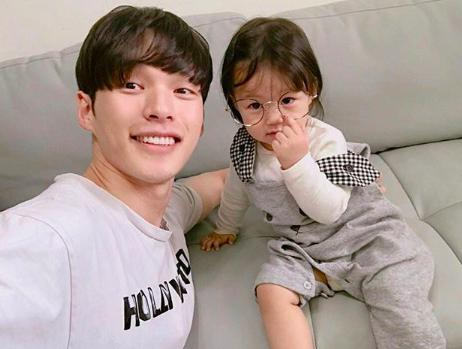 Nam thần Hàn Quốc từng đóng MV của Min: Ông bố cực cưng chiều và dịu dàng khi ở cạnh cô con gái nhỏ - Ảnh 7.