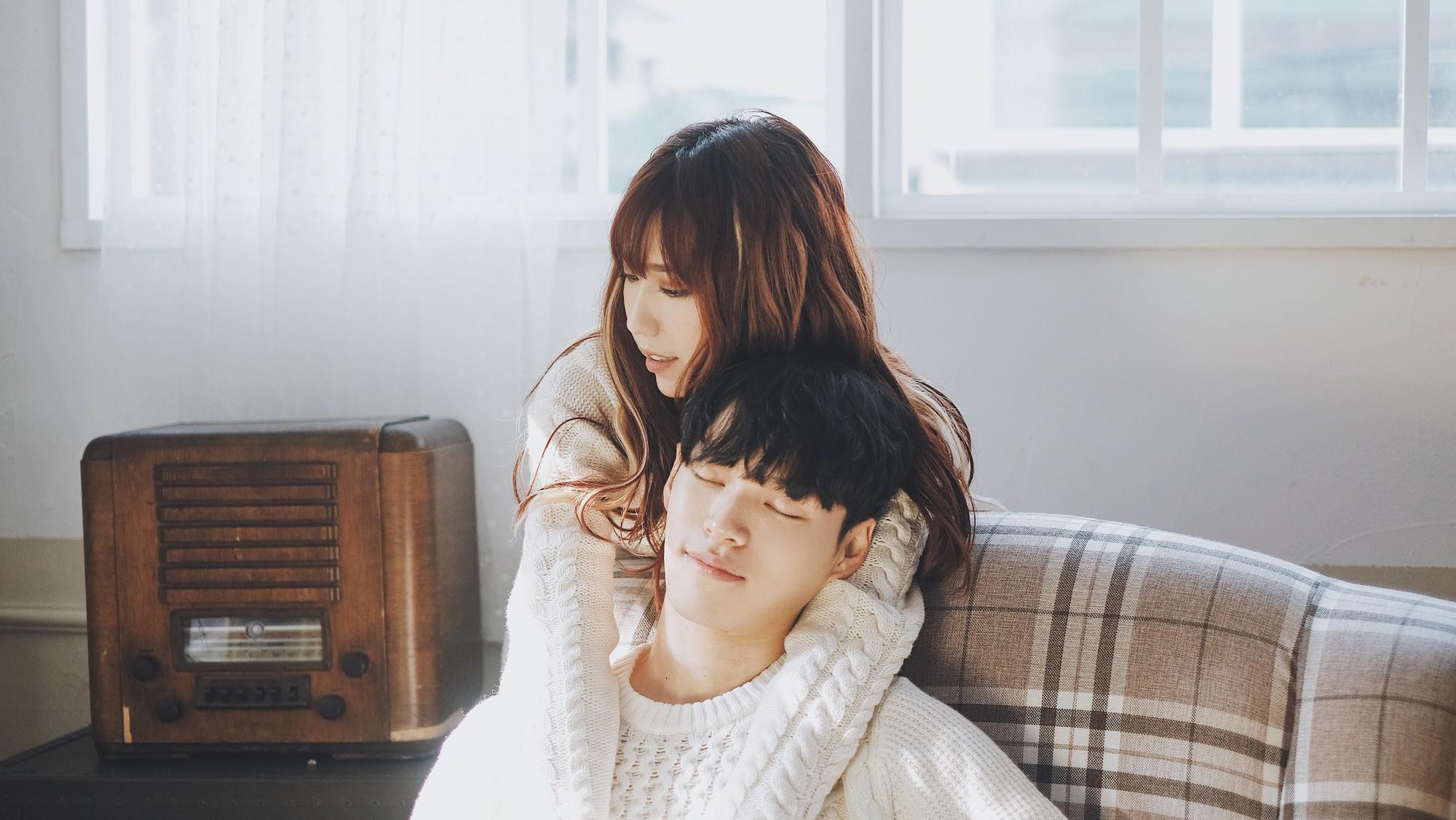 Nam thần Hàn Quốc từng đóng MV của Min: Ông bố cực cưng chiều và dịu dàng khi ở cạnh cô con gái nhỏ - Ảnh 1.