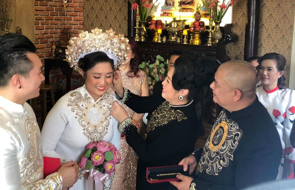 Clip: Nghệ sĩ Hồng Vân hát Nhật ký của mẹ khiến khách mời bật khóc trong đám cưới con gái - Ảnh 4.