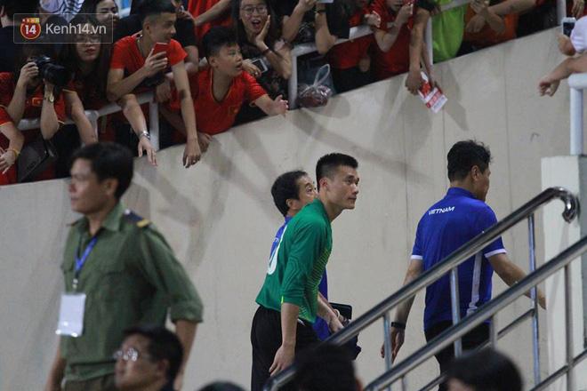 Đội trưởng Bùi Tiến Dũng lễ phép nhường đàn anh dẫn đầu đội tuyển U23 Việt Nam chào cảm ơn người hâm mộ - Ảnh 9.