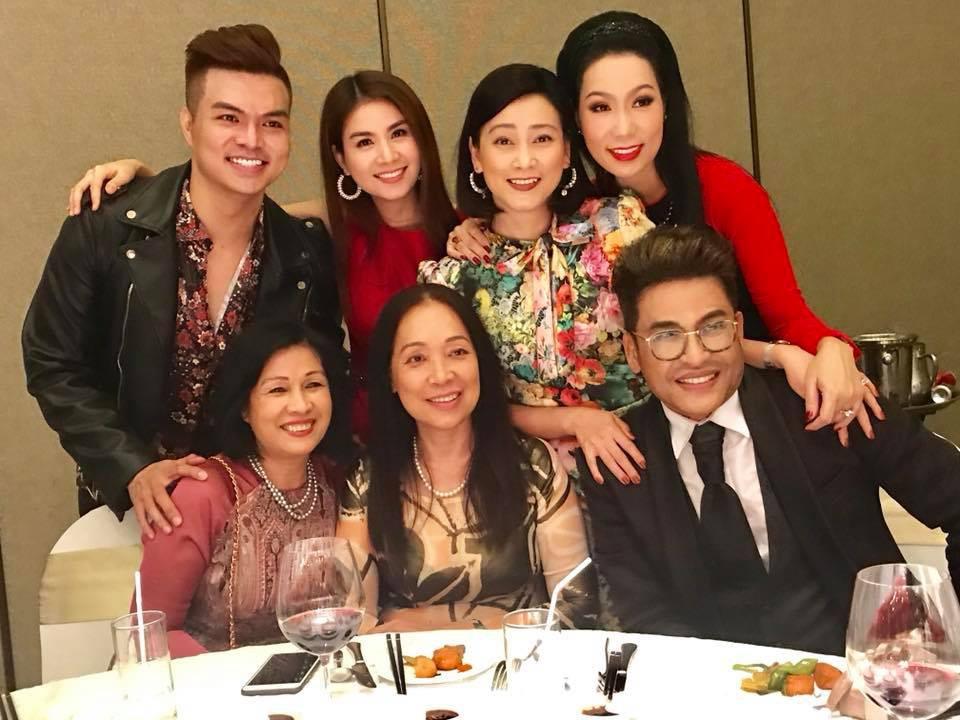 Clip: Nghệ sĩ Hồng Vân hát Nhật ký của mẹ khiến khách mời bật khóc trong đám cưới con gái - Ảnh 3.