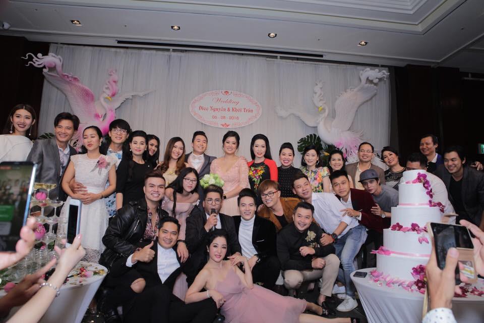 Clip: Nghệ sĩ Hồng Vân hát Nhật ký của mẹ khiến khách mời bật khóc trong đám cưới con gái - Ảnh 2.