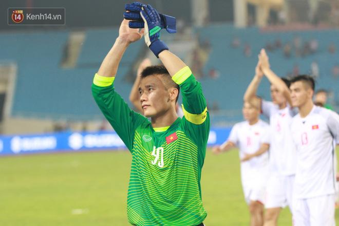 Đội trưởng Bùi Tiến Dũng lễ phép nhường đàn anh dẫn đầu đội tuyển U23 Việt Nam chào cảm ơn người hâm mộ - Ảnh 10.
