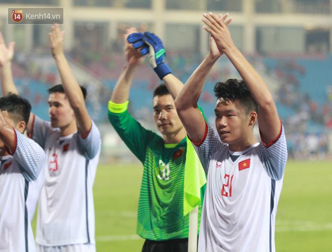 Đội trưởng Bùi Tiến Dũng lễ phép nhường đàn anh dẫn đầu đội tuyển U23 Việt Nam chào cảm ơn người hâm mộ - Ảnh 8.