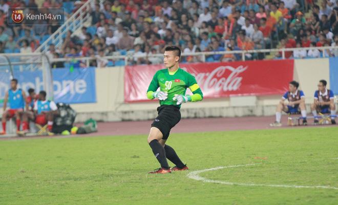 Đội trưởng Bùi Tiến Dũng lễ phép nhường đàn anh dẫn đầu đội tuyển U23 Việt Nam chào cảm ơn người hâm mộ - Ảnh 4.