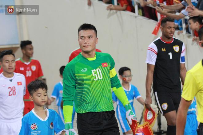 Đội trưởng Bùi Tiến Dũng lễ phép nhường đàn anh dẫn đầu đội tuyển U23 Việt Nam chào cảm ơn người hâm mộ - Ảnh 1.