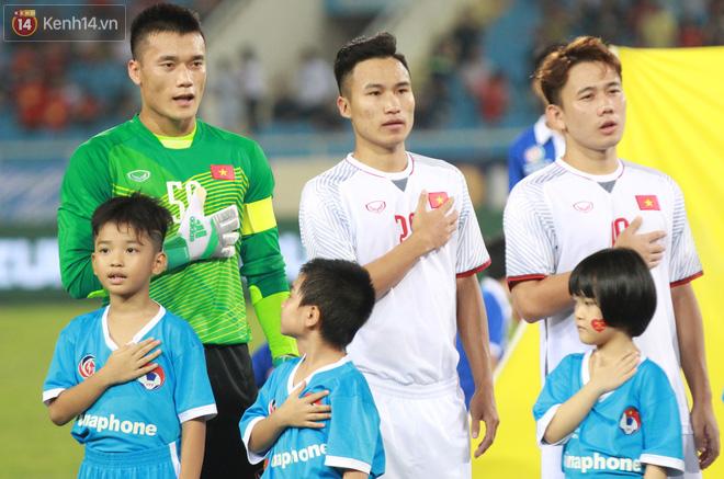 Đội trưởng Bùi Tiến Dũng lễ phép nhường đàn anh dẫn đầu đội tuyển U23 Việt Nam chào cảm ơn người hâm mộ - Ảnh 2.