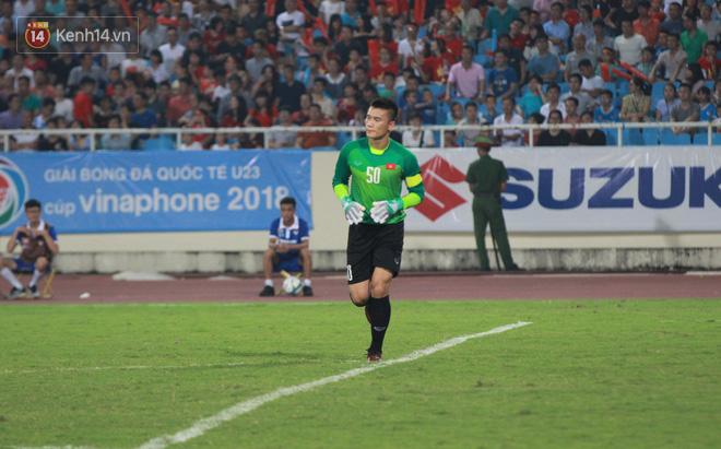 Đội trưởng Bùi Tiến Dũng lễ phép nhường đàn anh dẫn đầu đội tuyển U23 Việt Nam chào cảm ơn người hâm mộ - Ảnh 3.