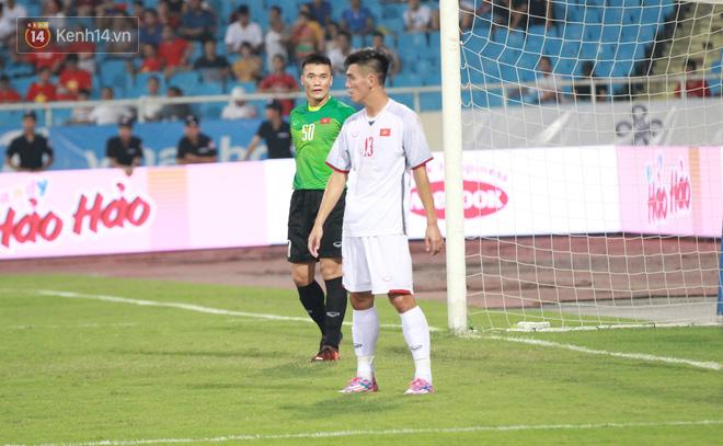 Đội trưởng Bùi Tiến Dũng lễ phép nhường đàn anh dẫn đầu đội tuyển U23 Việt Nam chào cảm ơn người hâm mộ - Ảnh 5.