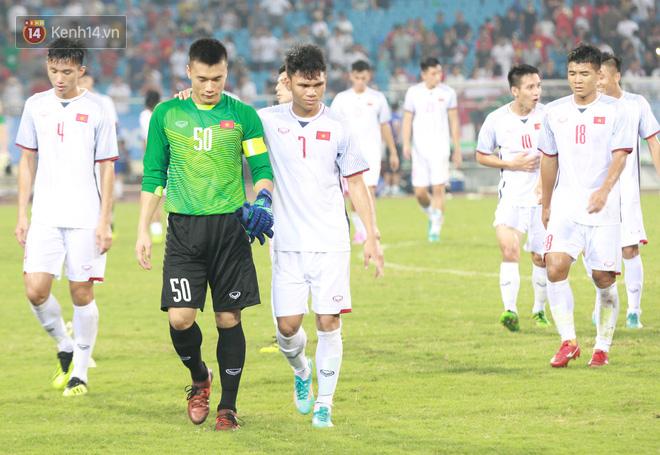 Đội trưởng Bùi Tiến Dũng lễ phép nhường đàn anh dẫn đầu đội tuyển U23 Việt Nam chào cảm ơn người hâm mộ - Ảnh 6.