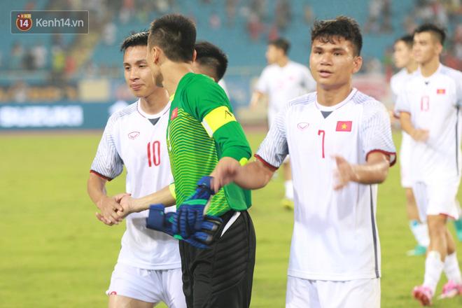Đội trưởng Bùi Tiến Dũng lễ phép nhường đàn anh dẫn đầu đội tuyển U23 Việt Nam chào cảm ơn người hâm mộ - Ảnh 7.