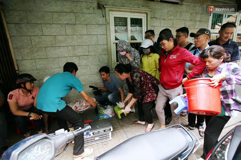 Cận cảnh người Sài Gòn chờ hàng giờ đồng hồ, tranh mua mâm cua dì Ba chỉ bán 10 phút là hết sạch - Ảnh 6.