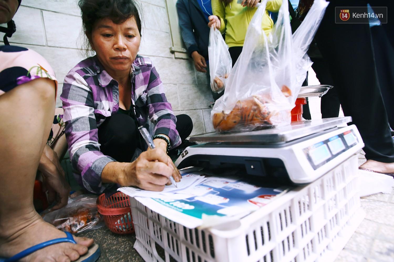 Những người phụ nữ tình nguyện giúp đỡ dì Ba bán cua khi khách đông.