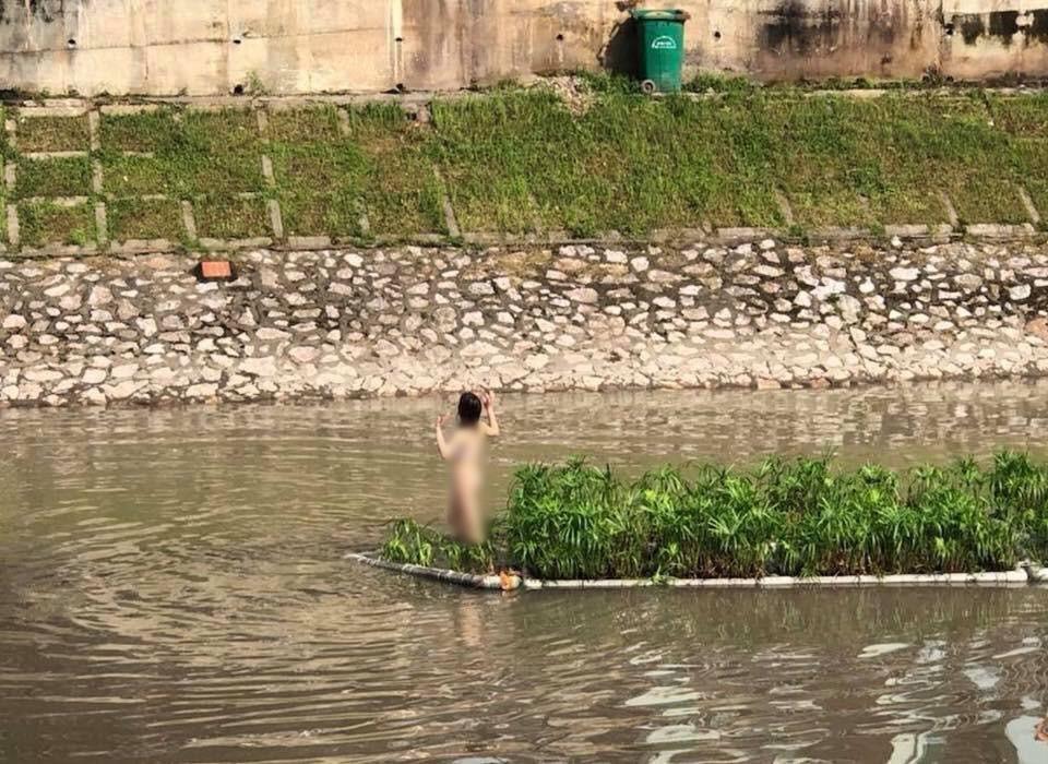 Hà Nội: Cô gái trẻ cởi quần áo, bơi ra giữa sông Tô Lịch nhảy múa - Ảnh 1.