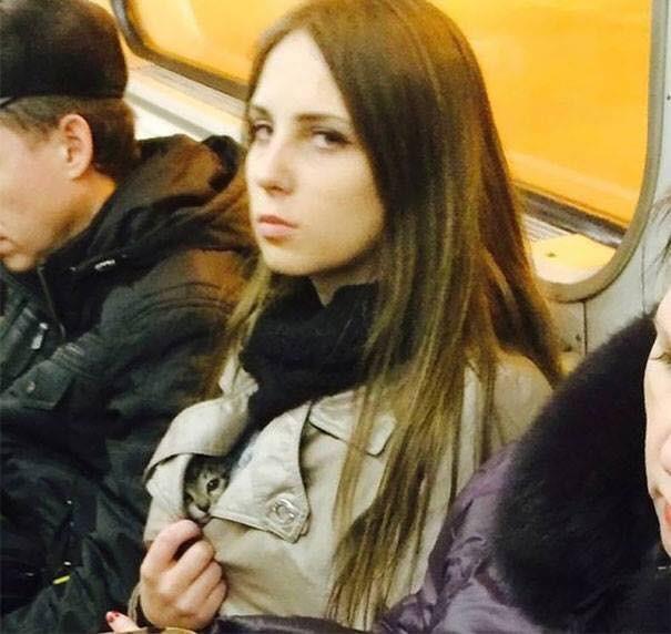 Những hình ảnh hài hước chỉ có trên tàu điện ngầm: Từ chị gái thái rau tới Pikachu thò tay ôm cột - Ảnh 2.