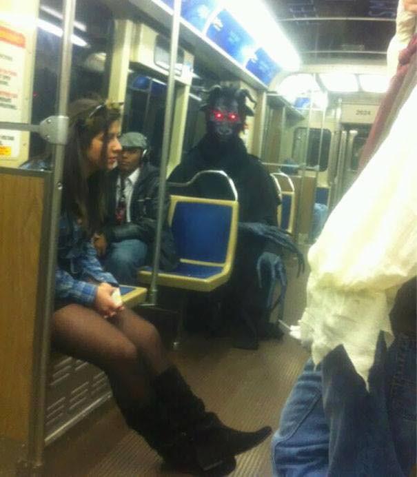 Những hình ảnh hài hước chỉ có trên tàu điện ngầm: Từ chị gái thái rau tới Pikachu thò tay ôm cột - Ảnh 3.