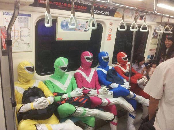 Những hình ảnh hài hước chỉ có trên tàu điện ngầm: Từ chị gái thái rau tới Pikachu thò tay ôm cột - Ảnh 9.
