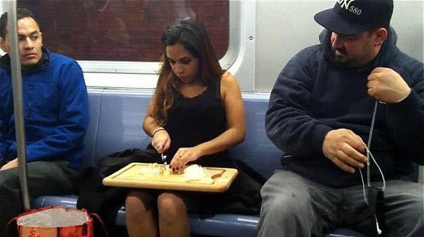 Những hình ảnh hài hước chỉ có trên tàu điện ngầm: Từ chị gái thái rau tới Pikachu thò tay ôm cột - Ảnh 14.