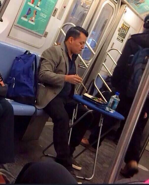 Những hình ảnh hài hước chỉ có trên tàu điện ngầm: Từ chị gái thái rau tới Pikachu thò tay ôm cột - Ảnh 17.
