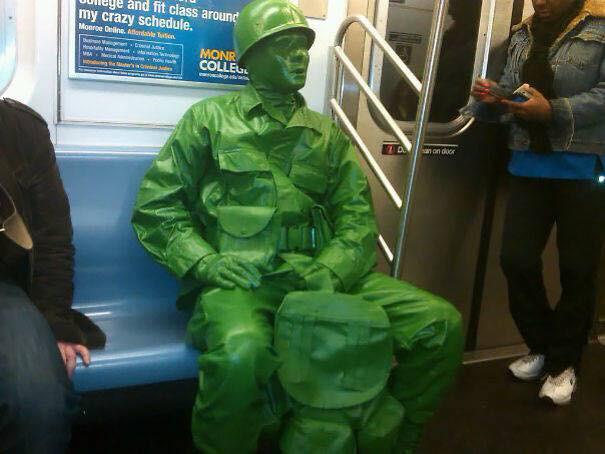Những hình ảnh hài hước chỉ có trên tàu điện ngầm: Từ chị gái thái rau tới Pikachu thò tay ôm cột - Ảnh 18.