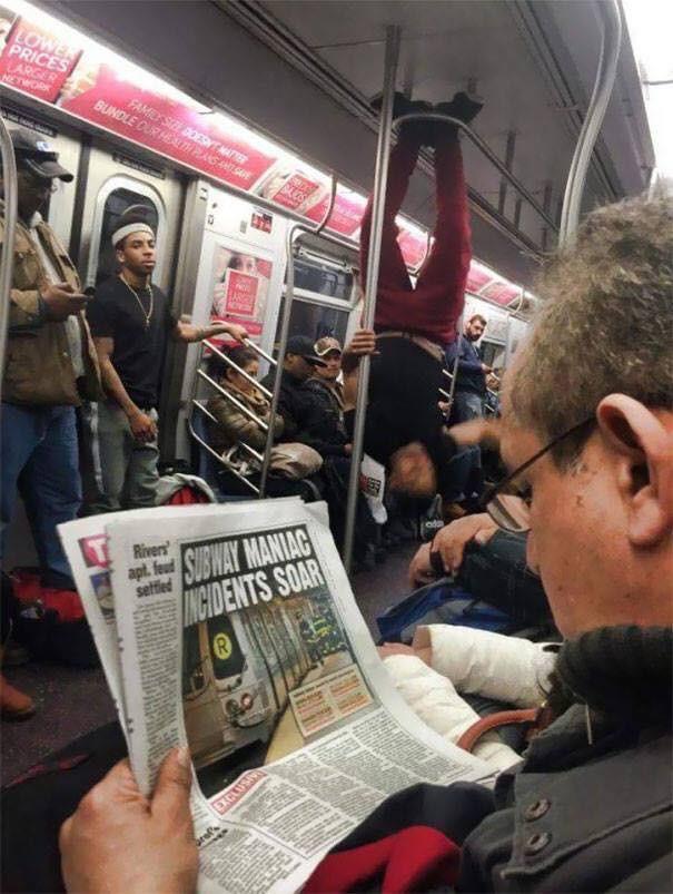 Những hình ảnh hài hước chỉ có trên tàu điện ngầm: Từ chị gái thái rau tới Pikachu thò tay ôm cột - Ảnh 19.