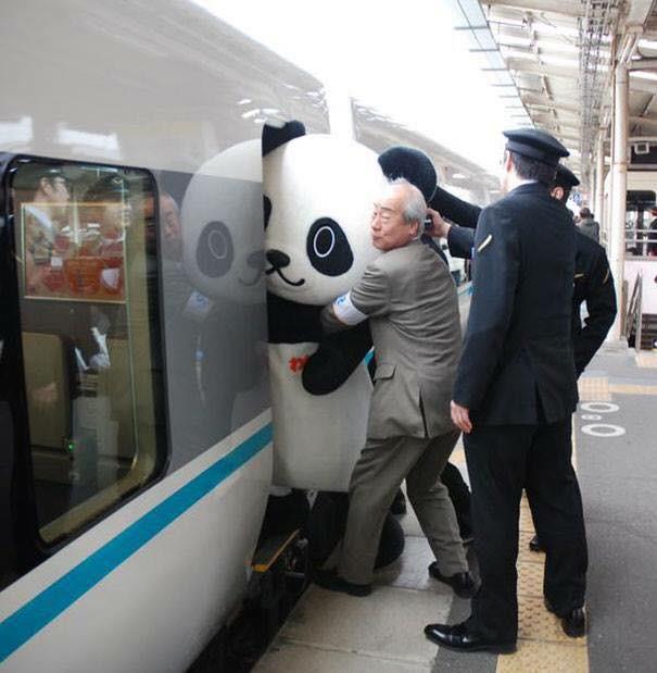 Những hình ảnh hài hước chỉ có trên tàu điện ngầm: Từ chị gái thái rau tới Pikachu thò tay ôm cột - Ảnh 20.