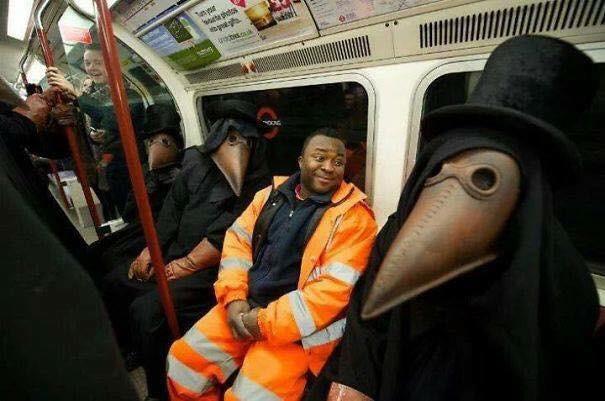 Những hình ảnh hài hước chỉ có trên tàu điện ngầm: Từ chị gái thái rau tới Pikachu thò tay ôm cột - Ảnh 21.