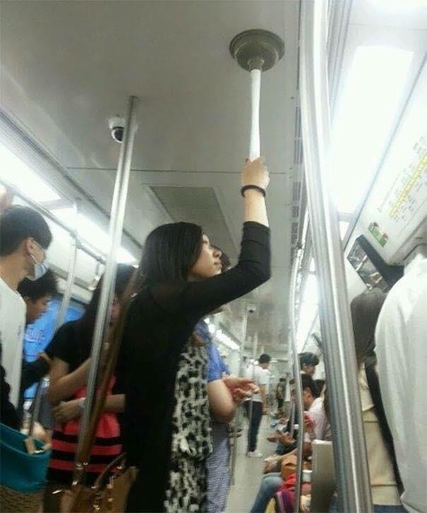 Những hình ảnh hài hước chỉ có trên tàu điện ngầm: Từ chị gái thái rau tới Pikachu thò tay ôm cột - Ảnh 28.