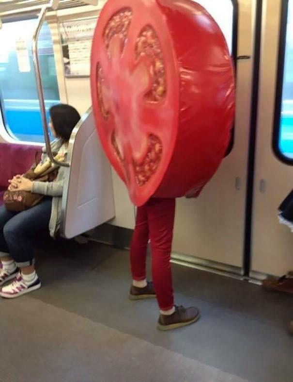 Những hình ảnh hài hước chỉ có trên tàu điện ngầm: Từ chị gái thái rau tới Pikachu thò tay ôm cột - Ảnh 30.