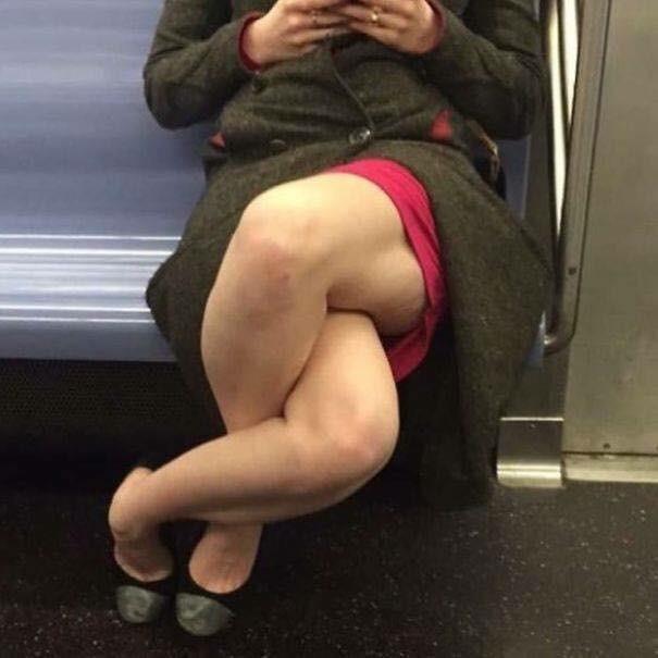 Những hình ảnh hài hước chỉ có trên tàu điện ngầm: Từ chị gái thái rau tới Pikachu thò tay ôm cột - Ảnh 31.