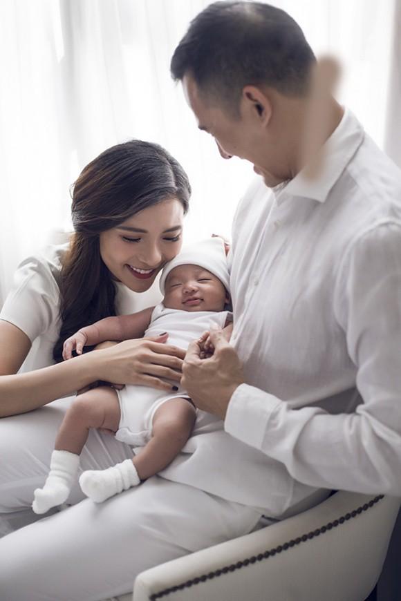 Lương Thế Thành - Thuý Diễm khoe bộ ảnh hạnh phúc cùng quý tử đầu lòng giấu kín 1 tháng sau sinh - Ảnh 1.