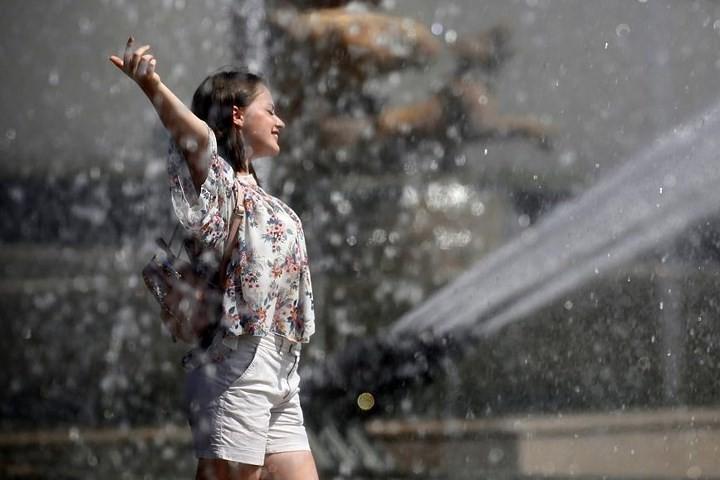 Ảnh: Con người và động vật chiến đấu với nắng nóng kỷ lục ở châu Âu - Ảnh 15.