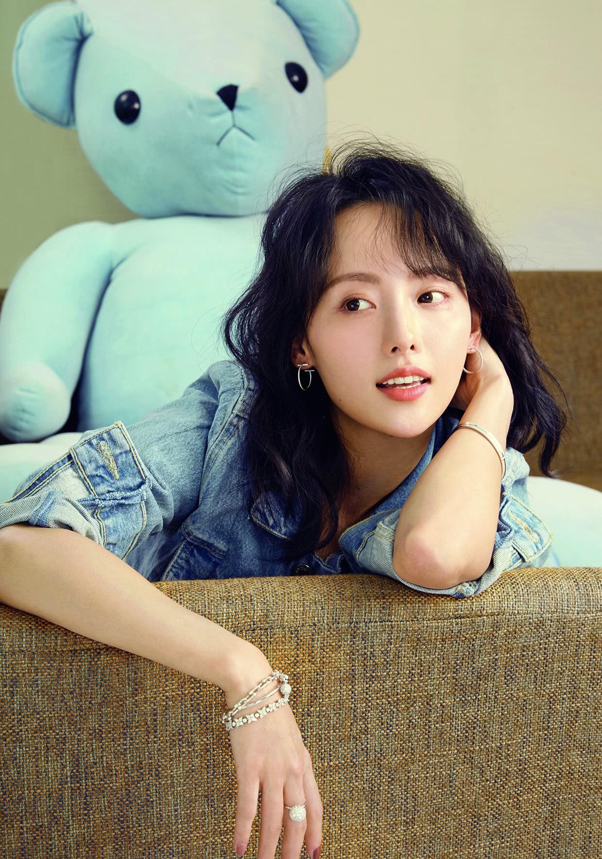 Trương Gia Nghê sinh năm 1987, cô nổi tiếng với các vai diễn như Bạc Nhất Tâm (Huyền của Ôn Noãn), Tử Lăng (Tân Một thoáng mộng mơ)...