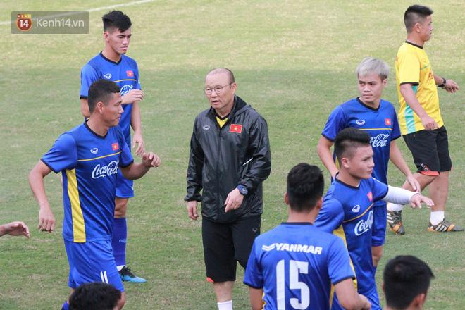 """HLV Park Hang Seo """"ăn gian"""" khi đá ma, học trò cười trừ chịu trận - Ảnh 1."""