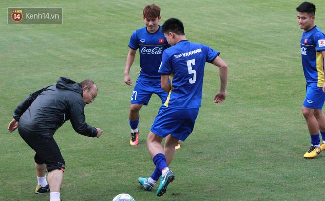 """HLV Park Hang Seo """"ăn gian"""" khi đá ma, học trò cười trừ chịu trận - Ảnh 7."""
