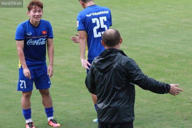 """HLV Park Hang Seo """"ăn gian"""" khi đá ma, học trò cười trừ chịu trận - Ảnh 8."""