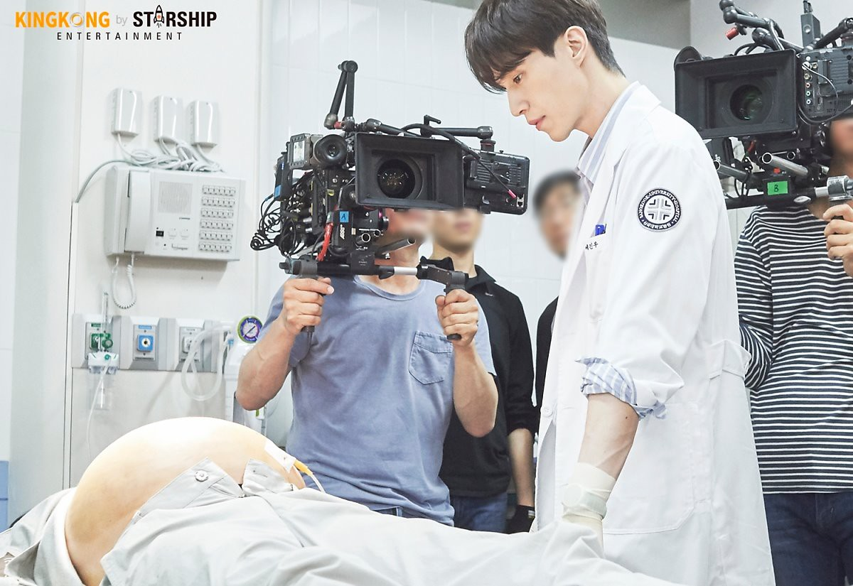 Vẻ trầm lặng của bác sĩ Ye Jin Woo là một điểm khá thu hút ở nhân vật này.