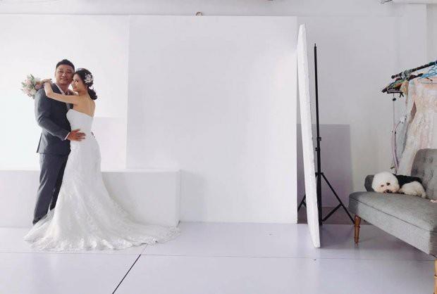 Mải mê tình cảm khi chụp ảnh cưới, cặp đôi trẻ bị chú chó cưng hờn dỗi cả buổi trời - Ảnh 1.