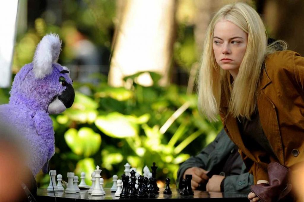 Emma Stone hóa thân thành một loạt các nhân vật khác nhau trong nhiều thế giới khác nhau