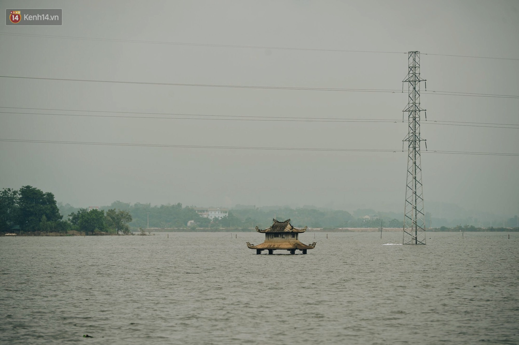 Con đường tỉnh lộ nơi hàng trăm người bơi lội ở Hà Nội sau nửa tháng chìm trong biển nước đã thông xe trở lại - Ảnh 10.