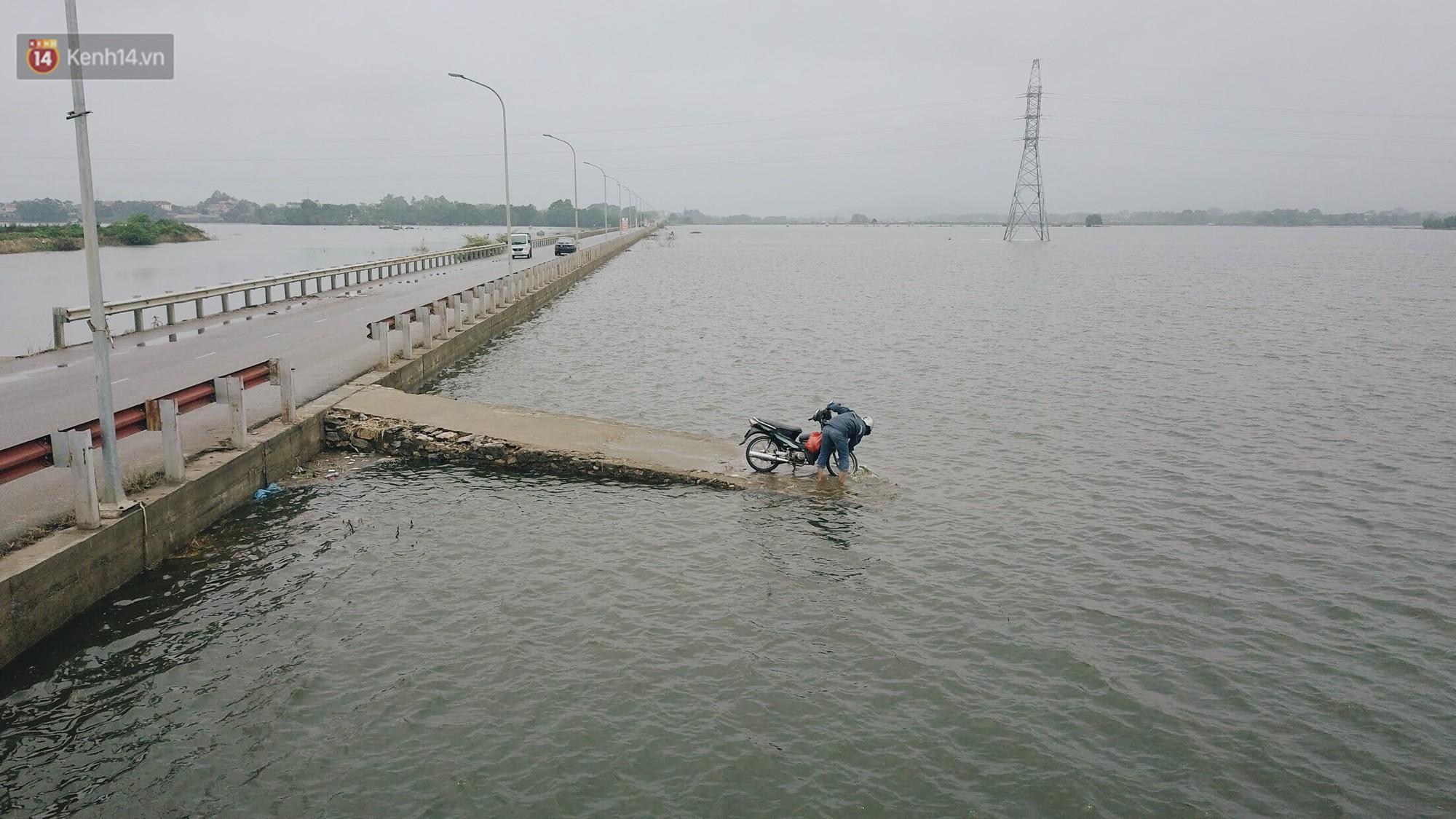Con đường tỉnh lộ nơi hàng trăm người bơi lội ở Hà Nội sau nửa tháng chìm trong biển nước đã thông xe trở lại - Ảnh 11.