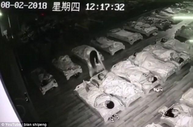 Trung Quốc: Giữa giờ nghỉ trưa, cô trông trẻ đi tát và đạp vào các bé mẫu giáo đang ngủ - Ảnh 1.