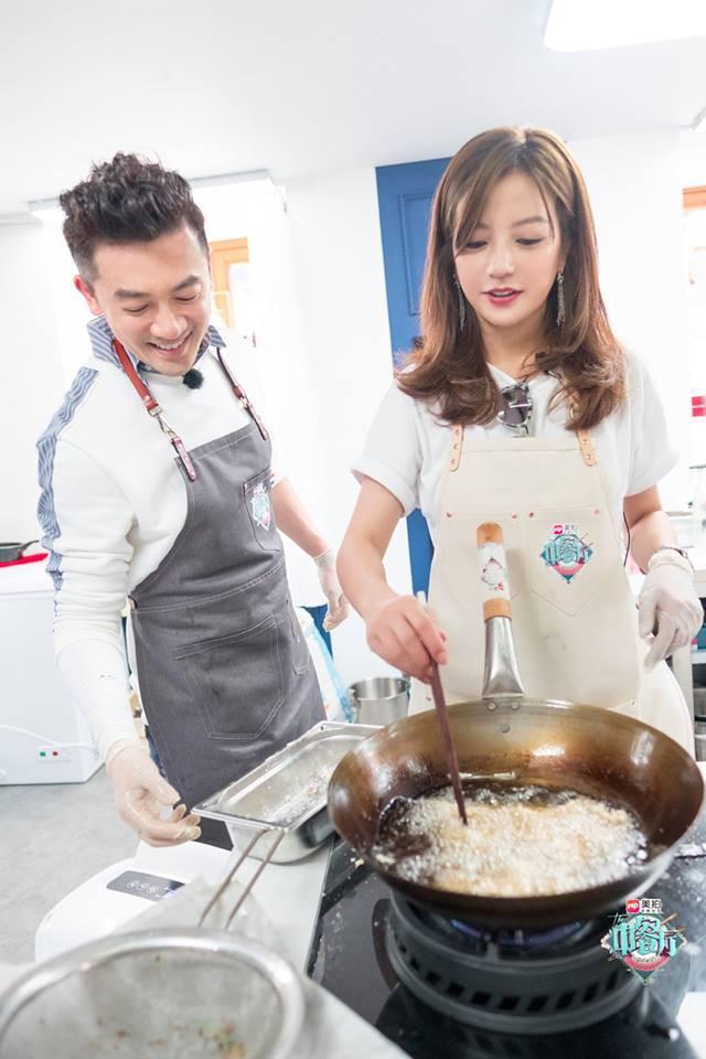 Tuổi thơ ùa về khi thấy bộ ba Hoàn Châu Cách Cách năm nào tái ngộ trong show ẩm thực - Ảnh 9.