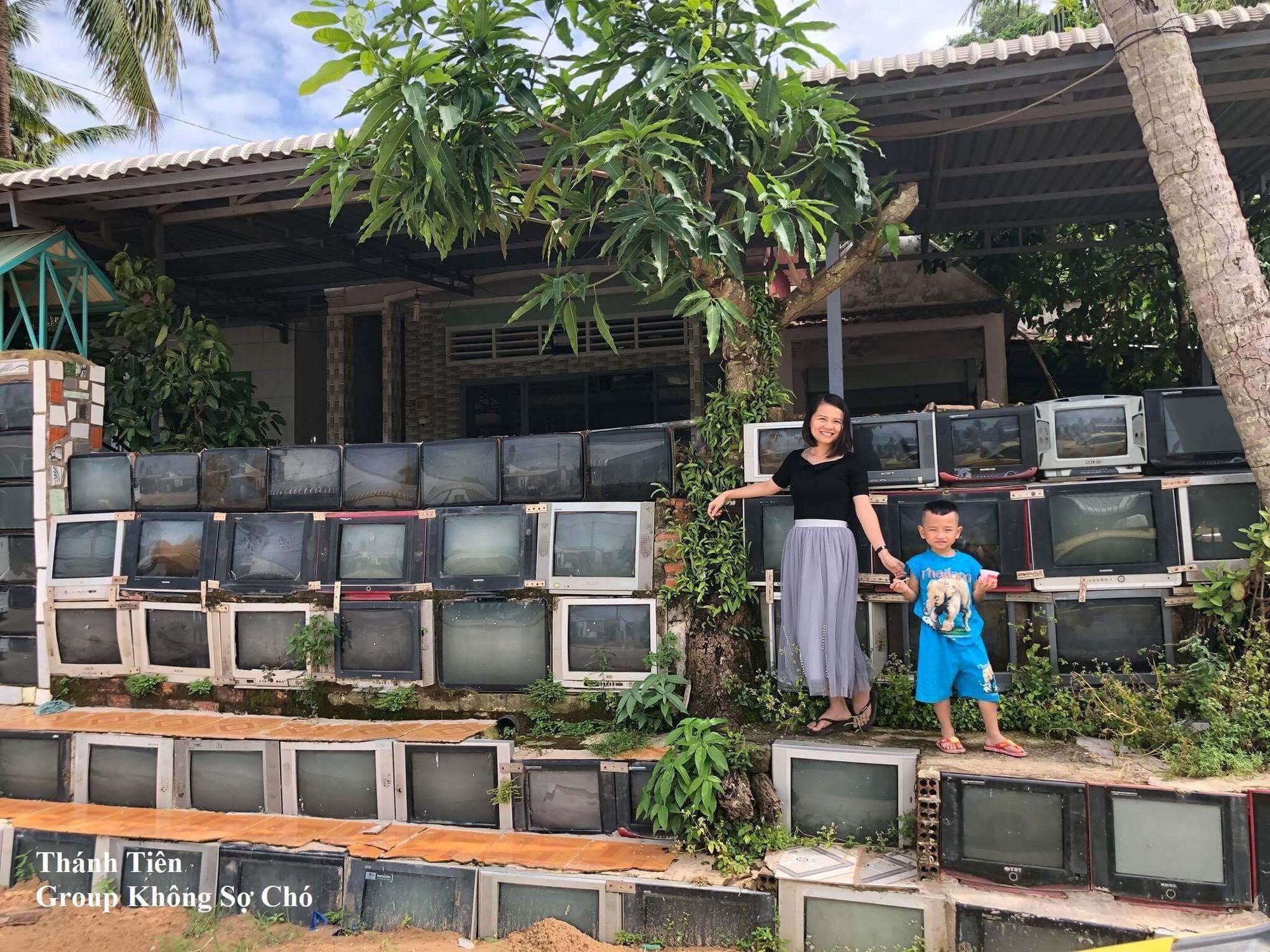 Báo nước ngoài đưa tin khen ngợi sự độc đáo của căn nhà có tường rào làm từ tivi tại Việt Nam - Ảnh 4.