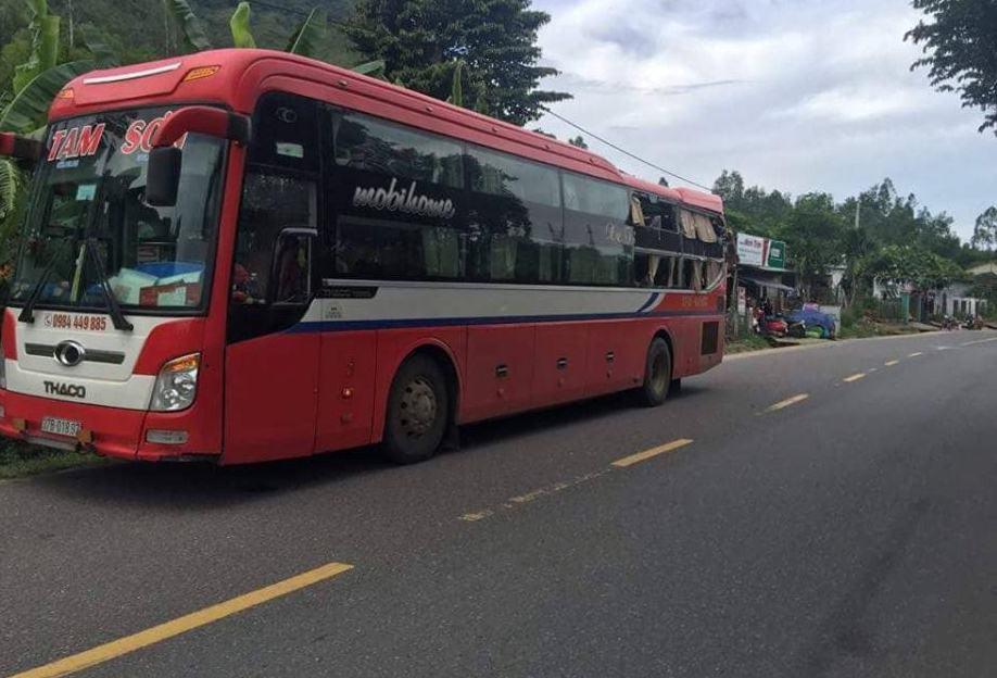 Tai nạn liên hoàn giữa 2 xe giường nằm và xe tải, hàng chục hành khách hoảng loạn - Ảnh 1.