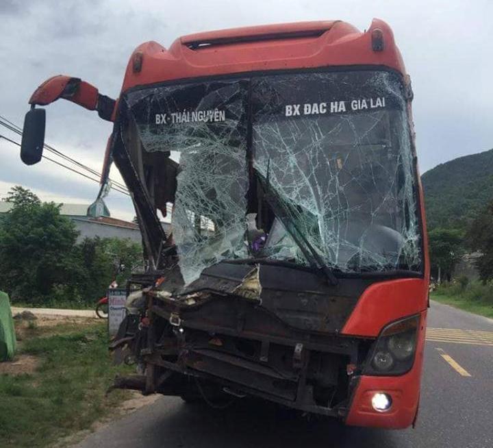 Tai nạn liên hoàn giữa 2 xe giường nằm và xe tải, hàng chục hành khách hoảng loạn - Ảnh 2.