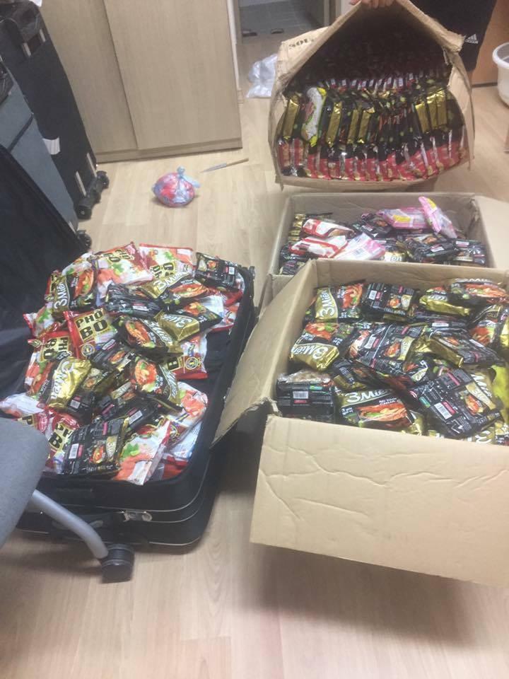 Hết băng vệ sinh, du học sinh Việt lại đua nhau khoe vali chứa đầy mì tôm vì sợ ở bển không bán! - Ảnh 3.