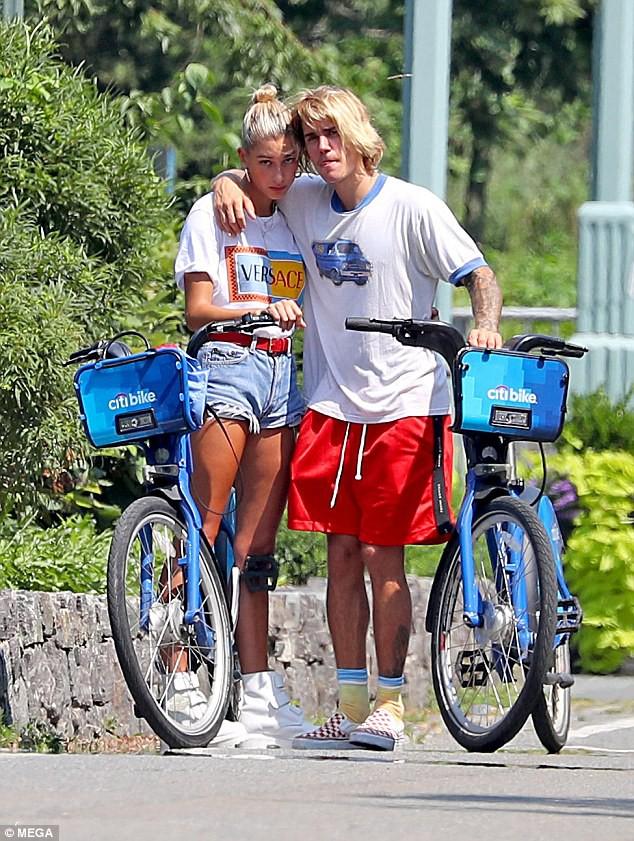 Justin Bieber và Hailey Baldwin bỗng ôm nhau khóc giữa phố không rõ nguyên do - Ảnh 1.