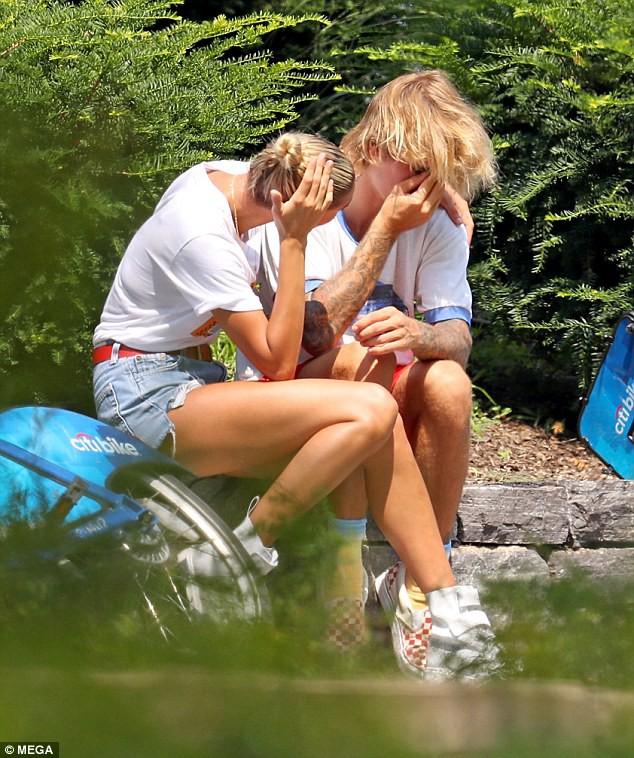 Justin Bieber và Hailey Baldwin bỗng ôm nhau khóc giữa phố không rõ nguyên do - Ảnh 4.