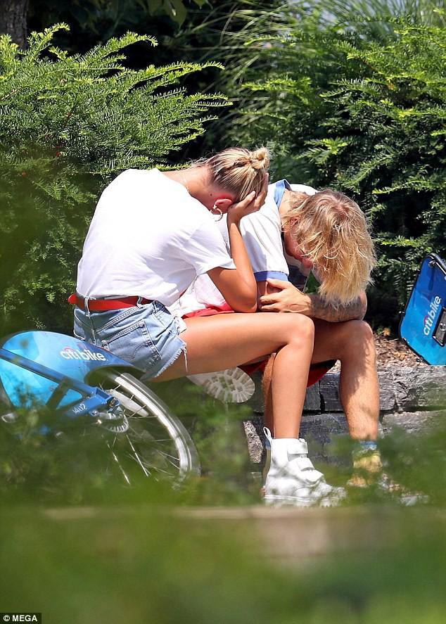 Justin Bieber và Hailey Baldwin bỗng ôm nhau khóc giữa phố không rõ nguyên do - Ảnh 7.